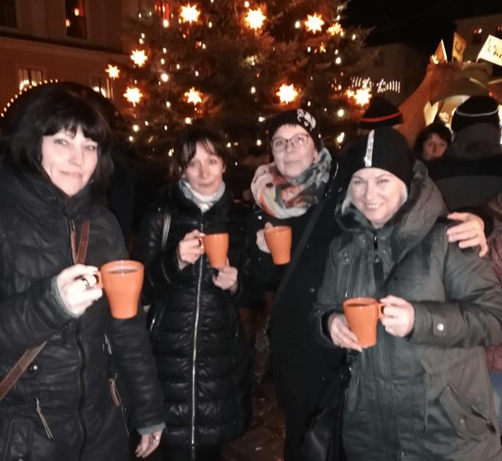 Der Mode Express No.1 Löbau und Ines Schuhmoden vereint zum Glühwein trinken auf dem Löbauer Weihnachtsmarkt